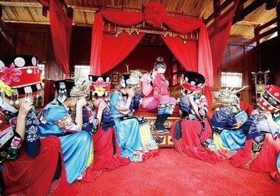"Ukrainian Teacher Takes Part ""Tujia-style Wedding"" in Zhangjiajie"